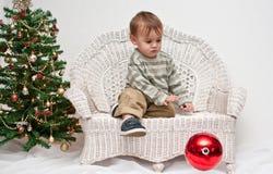 behandla som ett barn jul som tappar prydnaden Royaltyfria Foton