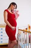 behandla som ett barn kåtan nära gravid kvinna royaltyfria bilder