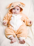 behandla som ett barn kanincostiumeflickan little Royaltyfria Foton