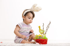 behandla som ett barn kanindräkten easter Royaltyfria Bilder