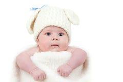 behandla som ett barn kaninen locket nyfödda klädde easter Royaltyfri Fotografi