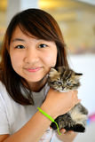 Behandla som ett barn katten i kvinnahand Royaltyfria Foton