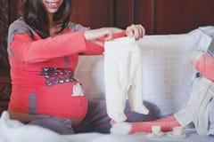 Behandla som ett barn kläder beklär nyfött Rosa färgflåsanden och omslag för flickor arkivbild
