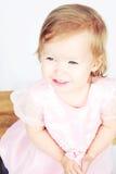 behandla som ett barn klänningflickan Royaltyfria Bilder