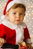 Behandla som ett barn klätt som Santa Claus Fotografering för Bildbyråer