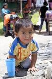 Behandla som ett barn klättra en vägg Royaltyfria Foton