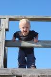 Behandla som ett barn klättringen på träbron Arkivfoton
