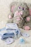 Behandla som ett barn kläder för nyfött Fotografering för Bildbyråer