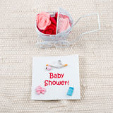 Behandla som ett barn kortet - baby showertema Pram mycket av Arkivfoton