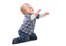behandla som ett barn krypa lyckligt Arkivfoto
