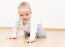 behandla som ett barn krypa lyckligt Fotografering för Bildbyråer