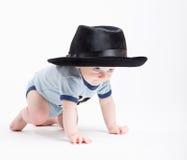Behandla som ett barn krypningen som bär en svarta Fedora Royaltyfri Fotografi