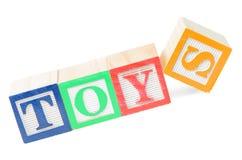 Behandla som ett barn kvarter som stavar leksaker Royaltyfri Fotografi