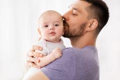 Behandla som ett barn kyssande små för fader dottern royaltyfria bilder