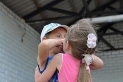 Behandla som ett barn kyssen Arkivfoton