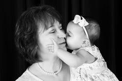 Behandla som ett barn kyssen Royaltyfri Foto