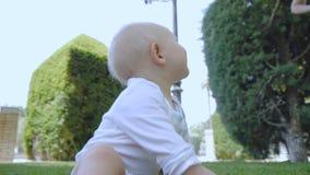 Behandla som ett barn lär att gå utomhus arkivfilmer