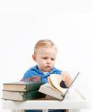 Behandla som ett barn läsning Arkivfoto