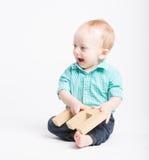 Behandla som ett barn le sammanträdeinnehavbokstav E Royaltyfri Bild