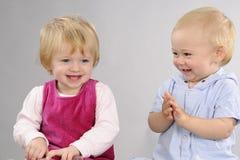 behandla som ett barn le white Fotografering för Bildbyråer