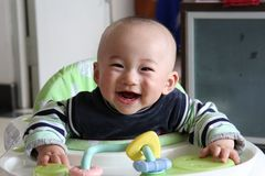 behandla som ett barn leendet Arkivfoto