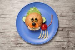Behandla som ett barn lejonet som skapas av bröd och grönsaker Royaltyfria Bilder
