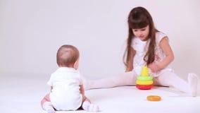Behandla som ett barn lek med systern lager videofilmer