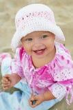 behandla som ett barn leka för flicka för strand gulligt royaltyfri fotografi