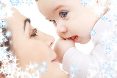 behandla som ett barn leka för moder för pojke lyckligt Royaltyfria Foton