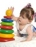 behandla som ett barn leka toys för flickan Royaltyfri Foto
