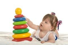 behandla som ett barn leka toys för flickan Royaltyfria Bilder