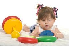 behandla som ett barn leka toys för flickan Arkivbilder