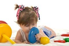 behandla som ett barn leka toys för flickan Arkivbild