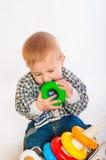 behandla som ett barn leka toys för pojken Arkivbild
