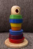 Behandla som ett barn leker med trevlig färg och bakgrund Arkivfoton