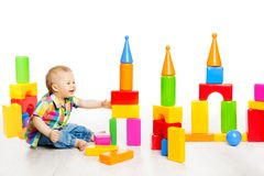 Behandla som ett barn lekkvarterleksaker, barnet som spelar färgrika byggnadstegelstenar Royaltyfri Foto
