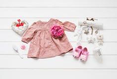 Behandla som ett barn lekmanna- kläder framlänges royaltyfri bild