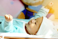 Behandla som ett barn ligger i säng Produktidéer om barn, behandla som ett barn leksaker, familj Royaltyfri Fotografi