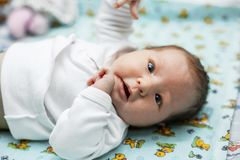 Behandla som ett barn ligger på den ändrande tabellen royaltyfria foton