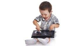 Behandla som ett barn lilla barnet som pekar på en digital minnestavla Royaltyfri Foto