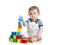 Behandla som ett barn lilla barnet som spelar leksaker för byggnadskvarteret Arkivbilder