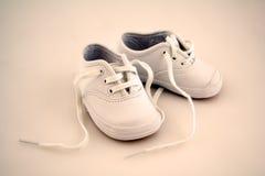 behandla som ett barn lilla skor Arkivbild
