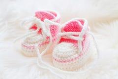 behandla som ett barn lilla skor Handknitted första gymnastikskor för nyfödd flicka Royaltyfri Bild