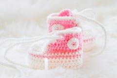 behandla som ett barn lilla skor Handknitted första gymnastikskor för nyfödd flicka Royaltyfri Fotografi