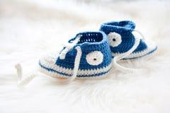 behandla som ett barn lilla skor Handknitted första gymnastikskor för nyfödd pojke Arkivfoton
