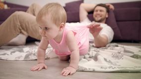 Behandla som ett barn lite önskar krypning på golv Pappa som spelar med den hemmastadda dottern lager videofilmer