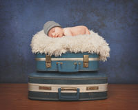 Behandla som ett barn lite att sova på resväskan Royaltyfri Foto