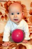 Behandla som ett barn lite att spela med bollen Royaltyfri Fotografi
