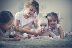 Behandla som ett barn lite brodern med systrar poserar till kameran Royaltyfria Foton