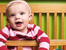 Behandla som ett barn lite den tvilling- flickan arkivfoto